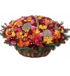 Корзина цветов со 135 розами, лапником и новогодним декором «Новогоднее чудо»