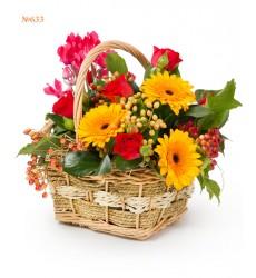 Корзина цветов с 3 герберами и 5 кустовыми розами «Краски осени»