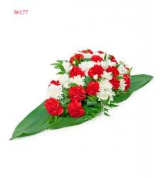 Цветочная композиция из 20 гвоздик, 5 кустовых хризантем и зелени «Гвоздичная каравелла»