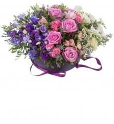 Цветы в шляпной коробке с розами, эустомами, ирисами, фрезиями и акацией «Нежный рассвет»