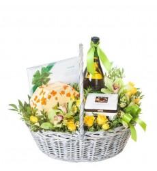 Подарочная корзина с цветами, конфетами и белым вином «Медовый век»