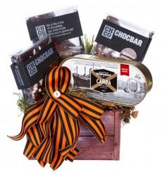 Подарочная коробка с шоколадом, сайрой и декором «Два бойца»