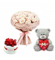 Подарочный набор букет из 25 кремовых роз, мишка Тедди и конфеты Raffaello  «Водоворот удовольствий»