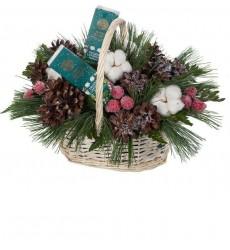 Подарочная корзина с новогодним декором, кремами для рук и ног «Время подарков»