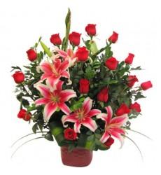 Букет из 17 красных роз и розовых лилий «Богема»