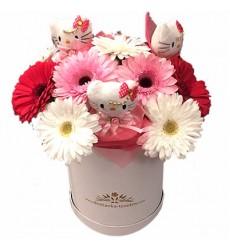 Цветы в коробке с 11 герберами и 3 игрушками Hello Kitty «Милая инфанта»