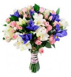 Букет из 9 ирисов, 11 кустовых роз и 10 фрезий «Скарлетт О'Хара»