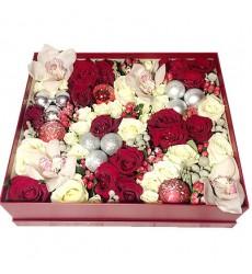 Цветы в коробке  с 23 розами, 4 орхидеями и декором «Новогодняя радость»