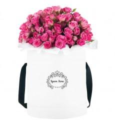 Цветы в шляпной коробке с 15 розовыми кустовыми розами «Мартовский сон»