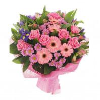 Букет из 5 гербер, 8 розовых роз, 4 хризантем и 6 ирисов «Цветочное безумие»