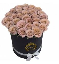 Цветы в шляпной коробке с 29 розами Капучино «Кремовое безе»