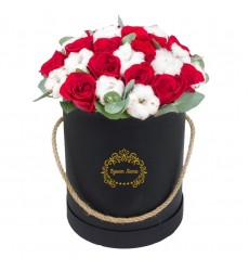 Цветы в шляпной коробке с 15 красными розами и хлопком «Монтерей»