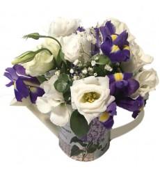 Цветы в коробке  с 7 ирисами, 1 гвоздикой и 2 эустомами «Скрипичный ключ»