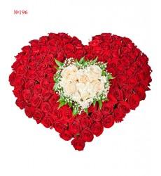 Цветочная композиция из 3 кустовых хризантем и 150 красных роз «Горящее сердце»