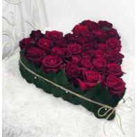 Цветочная композиция из 33 красных роз «Любовная серенада»