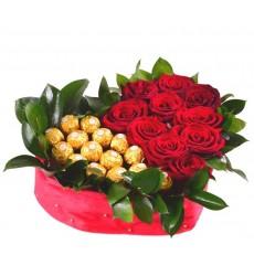 Цветочная композиция из 11 красных роз Гран При и конфет Ferrero Rocher «Царский каприз»