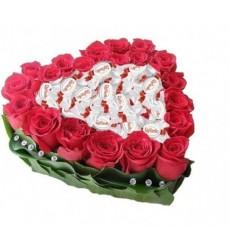 Цветочная композиция из 15 красных роз Гран При и конфет Raffaello «Сладкая страсть»
