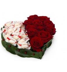 Цветочная композиция из 9 красных роз Гран При и конфет Raffaello «Удовольствие»