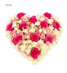 Цветочная композиция из 35 кустовых и 11 одноголовых роз «Сердце ангела»