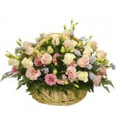 Корзина цветов с 21 розой и 10 эустомами «Беспечная птица»
