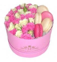 Цветы в коробке с 7 кустовыми розами и 5 макарони «Лакомый десерт»