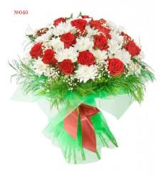 Букет из 8 кустовых хризантем и зелени «Карминовая россыпь»