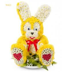 Цветочная композиция из 26 кустовых хризантем и декора «Зайчишка»