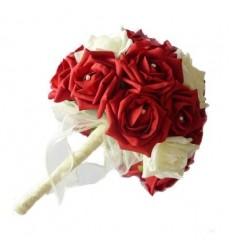 Букет невесты из 19 красных и белых роз «Юный бутон»