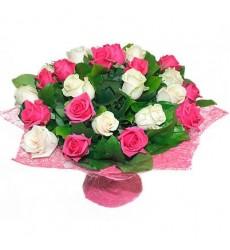 Букет  из 25 белых и розовых роз «Любовная сюита»