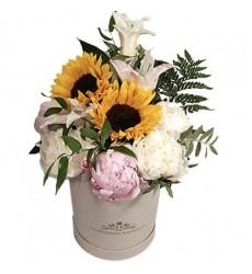 Цветы в коробке  с 5 пионами, 2 подсолнухами, лилией и зеленью «Нежный менуэт»