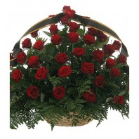 Корзина цветов из красных роз и папоротника «Вечная память»