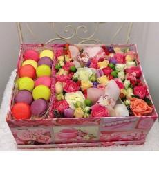 Подарочная коробка с 12 макарони, 3 орхидеями и разноцветными цветами «Вкусные минуты»