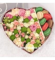 Подарочная коробка с 8 макарони и белыми, зелёными, розовыми цветами «Разноцветные сладости»
