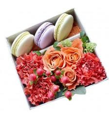 Подарочная коробка с макарони и цветами роз, гвоздик и гиперикума «Предмет воздыхания»
