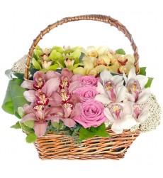 Корзина цветов с 24 орхидеями и 3 розами Аква «Реальная любовь»