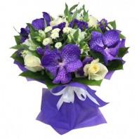 Букет из 7 роз, 5 цветов ванды и 5 альстромерий «Фиолетовая гавань»