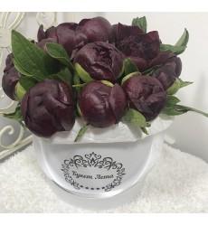 Цветы в коробке с 15 бордовыми пионами «Томный взгляд»