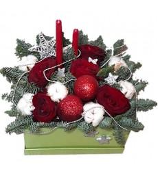 Новогодняя композиция из 5 роз, хлопка, лапника и декора «Новогодние каникулы»