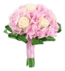 Букет невесты из 7 белых роз и 2 розовых гортензий «Чувственный полёт»
