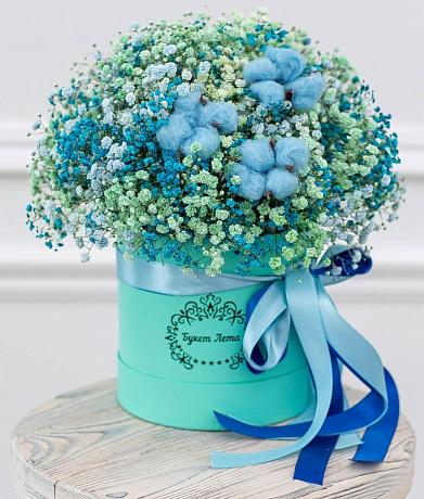 Цветы в шляпной коробке  из разноцветной гипсофилы и хлопка в малой шляпной коробке «Небеса»