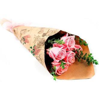 Букет из 5 розовых роз и зелени «Легкий флирт»
