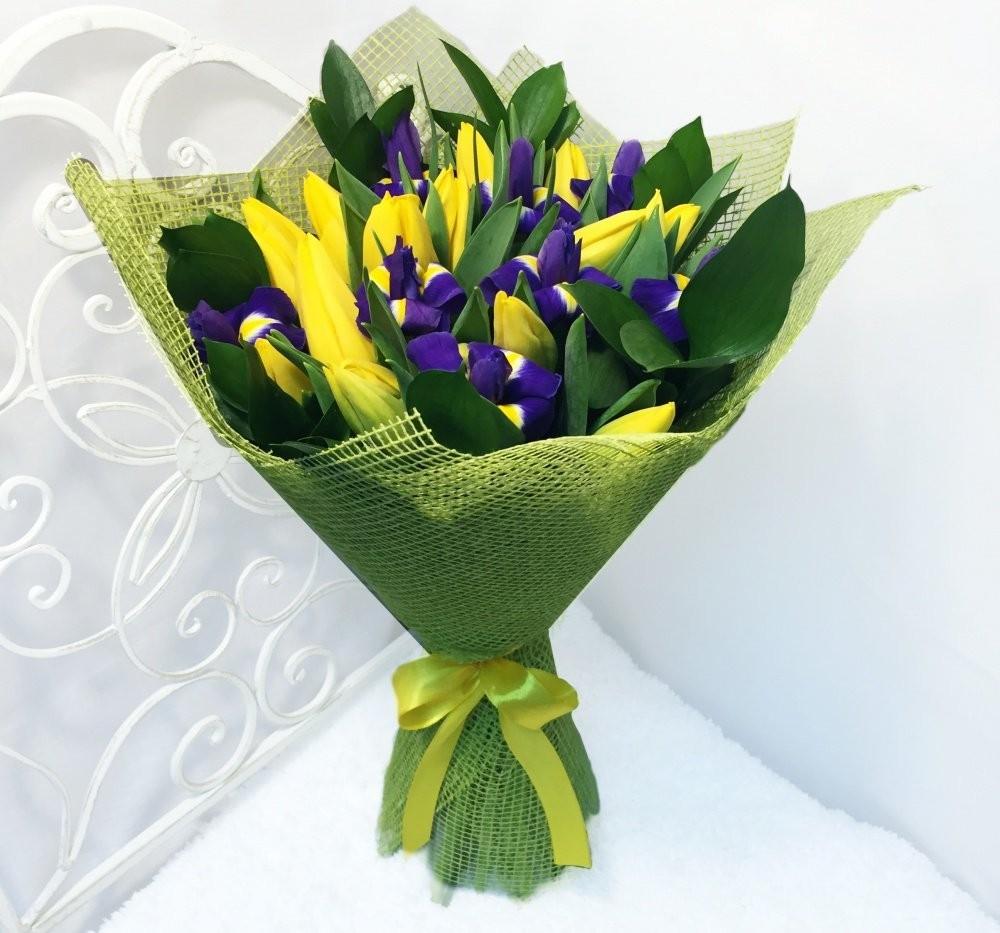 Букет из 19 тюльпанов, 8 ирисов и 7 рускусов «Волшебство весны»