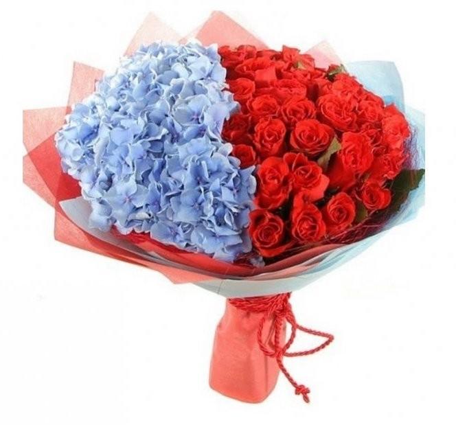 Букет из 29 красных роз и 4 голубых гортензий «Настоящий полковник»