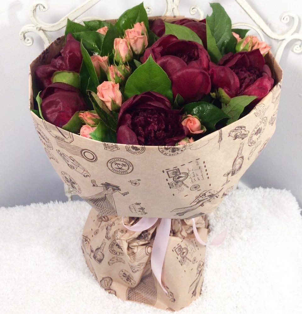 Букет из 7 пионов и 6 кустовых роз «Роковая особа»