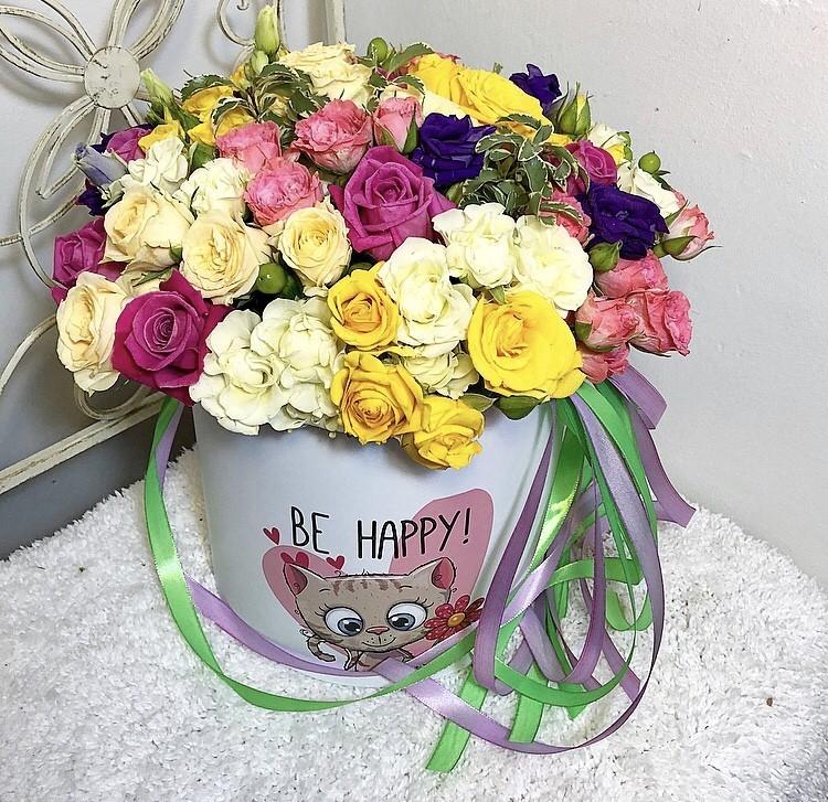 Цветы в коробке  с 7 розами, 2 лизиантусами и хлопоком «Пленительная красота»