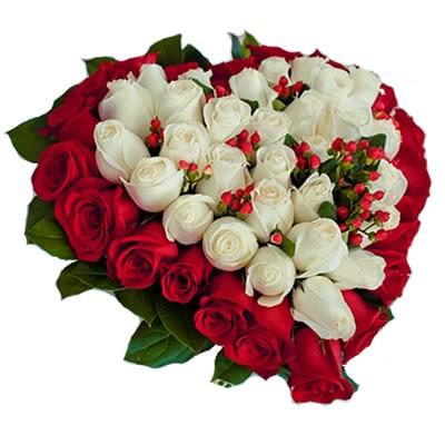 Цветочная композиция из 45 роз и зелени «Меткий Купидон»