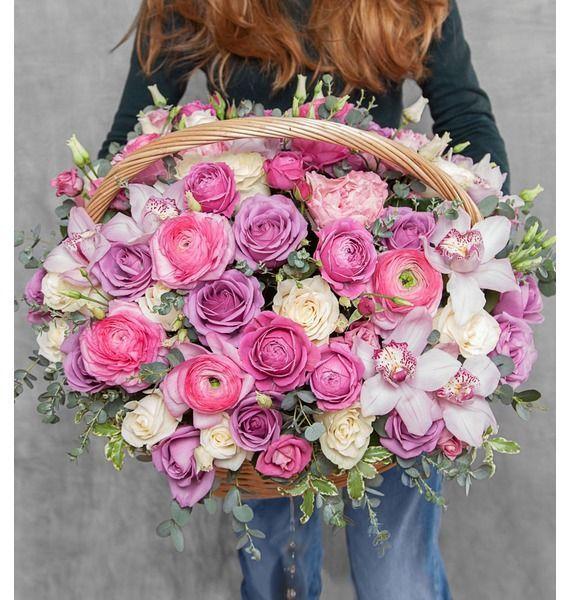 Корзина цветов с 11 орхидеями, 10 эустомами, 81 розой и зеленью «Розовая пора»