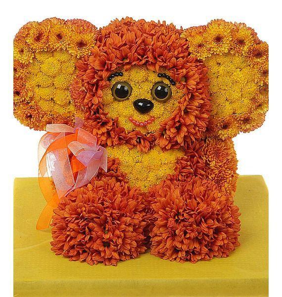 Цветочная композиция из 70 кустовых хризантем и декора «Цветочный чебурашка»