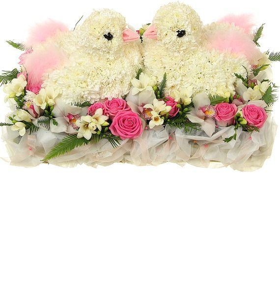 Цветочная композиция из 90 кустовых хризантем, 15 роз и 20 фрезий «Свадебные голубки»