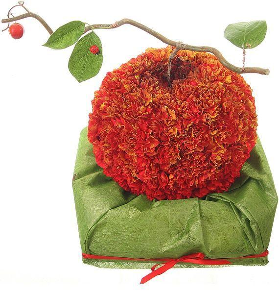 Цветочная композиция из 111 гвоздик и декора «Яблоко Евы»